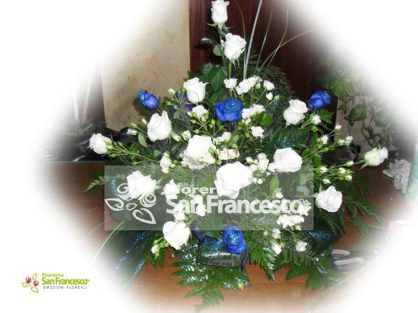 Composizione Con Rose Blu E Bianche Invio Fiori