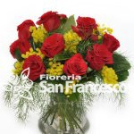 Bouquet di rose rosse e mimosa